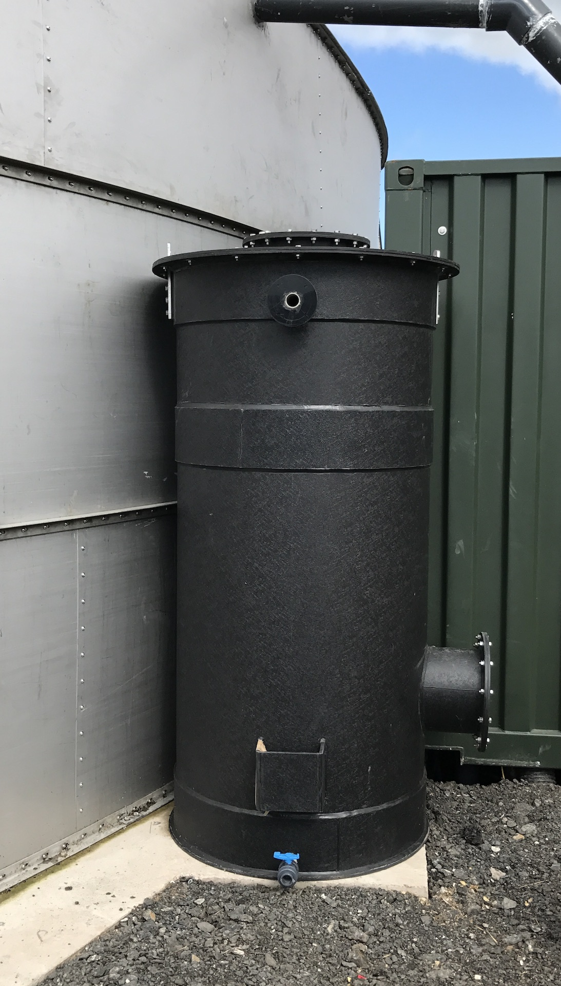 H2S media scrubber for ow pressure gas flow